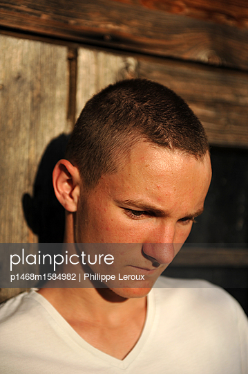 Nachdenklicher Jugendlicher mit Kurzhaarschnitt - p1468m1584982 von Philippe Leroux