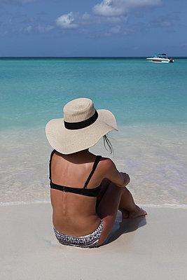 Frau mit großem Sonnenhut - p045m901035 von Jasmin Sander