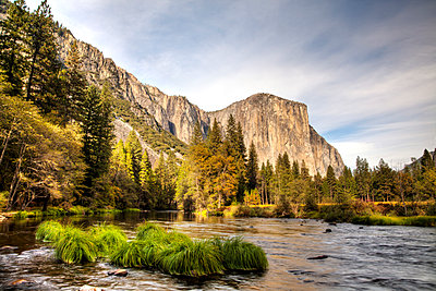 Mountainous landscape in Yosemite National Park - p575m1074422f by Sven Halling