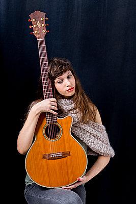 Gitarristin - p814m972370 von Renate Forster