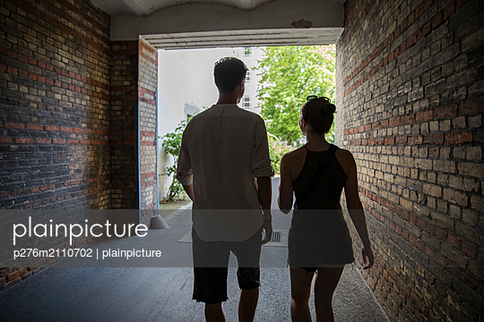 Two people walking next to eachother - p276m2110702 by plainpicture