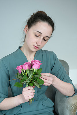 Girl with roses - p427m902525 by Ralf Mohr