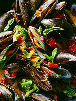 Close up of mussels with broccoli in tomato sauce - p429m942917 by BRETT STEVENS