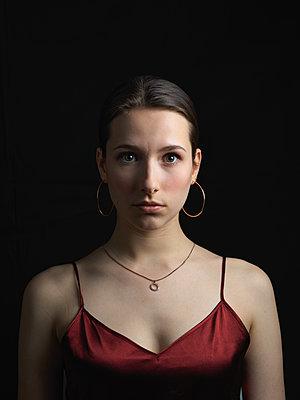 Porträt einer Frau mit Spaghettikleid - p1376m2173350 von Melanie Haberkorn