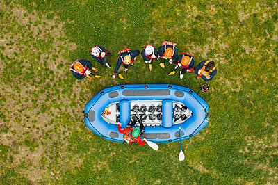 Top view of instructor talking to group of friends at a rafting class - p300m2114103 by Francesco Buttitta
