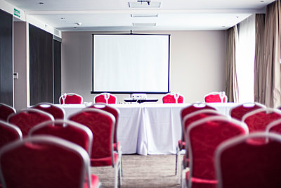 Empty conference room with projection screen - p623m1495170 by Gabriel Sanchez