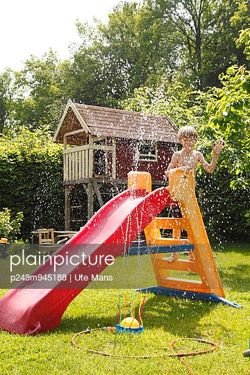Summer in the garden - p249m945188 by Ute Mans