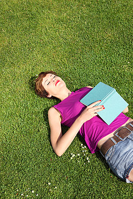 Woman relaxing on the lawn - p045m831255 by Jasmin Sander