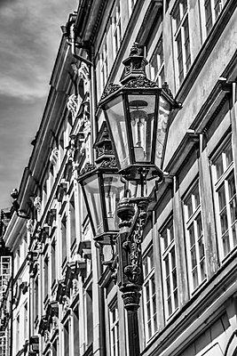 Historische Fassaden in Prag - p401m1589665 von Frank Baquet