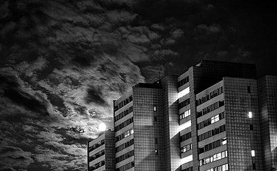 Vollmond ueber Hochhaus in Zuerich - p627m1035571 von Peter Rauch