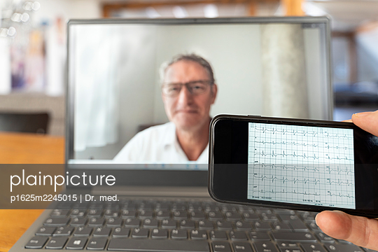 Telemedicine, video chat with the doctor - p1625m2245015 by Dr. med.