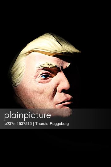 Trump aus Gummi - p237m1537813 von Thordis Rüggeberg