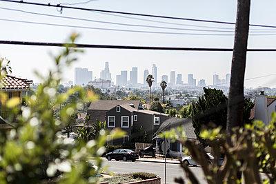 Wohnsiedlung mit Blick auf Skyline - p1094m2057261 von Patrick Strattner