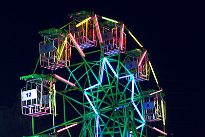 Big wheel illuminated at night - p664m1132589 by Yom Lam