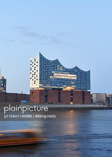 Elbphilharmonie und Elbe - p1124m1149986 von Willing-Holtz