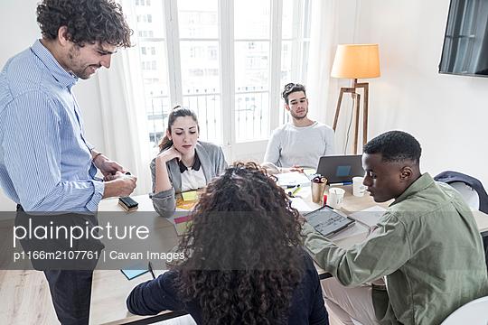 Happy people during a meeting presentation - p1166m2107761 by Cavan Images