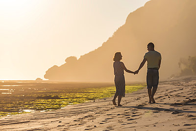 Couple, hand in hand on beach - p1108m1503456 by trubavin