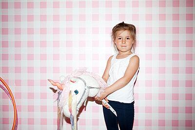 Mädchen mit Einhorn - p1195m1474920 von Kathrin Brunnhofer