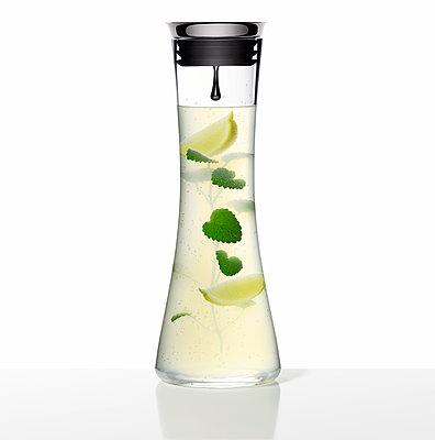 Frische Limonade mit Zitrone und Minze, Getränk - p1316m1161138 von Robert Striegl