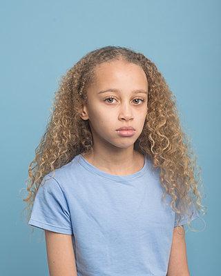Portrait of a young girl - p1323m1539095 von Sarah Toure