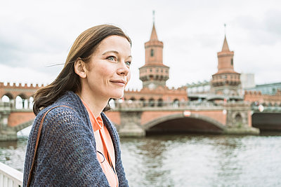 Portrait of businesswoman in front of Oberbaumbrücke - p1332m1540192 by Tamboly