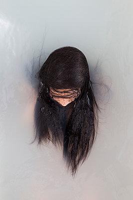 Bathing woman - p1670m2263114 by HANNAH