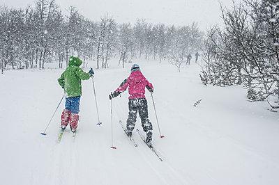 Kids snowshoeing in forest - p312m1229045 by Fredrik Schlyter