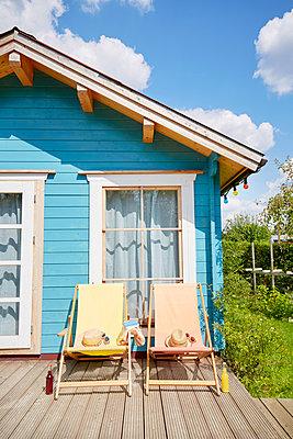 Liegestühle und Gartenhaus - p464m1496651 von Elektrons 08