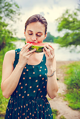 Woman eating melon - p904m932289 by Stefanie Päffgen