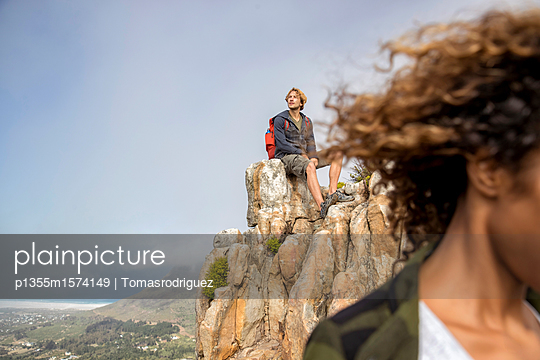 Young couple on mountain peak - p1355m1574149 by Tomasrodriguez