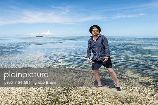Mann im Meer - p930m1541581 von Phillip Gätz