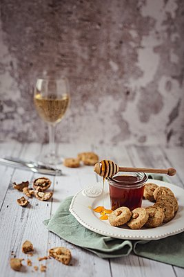 Walnut & honey biscuits - p1392m1446151 by Federica Di Marcello