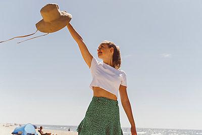 Junge Frau genießt die Zeit am Meer - p432m2231935 von mia takahara