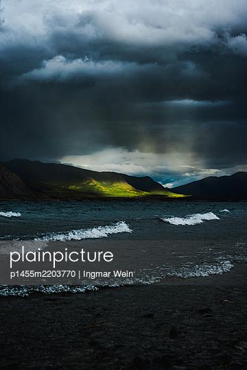 Dramatischer Sonnenuntergang an einem Bergsee - p1455m2203770 von Ingmar Wein
