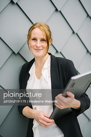 Businesswoman looking at camera - p312m2191175 by Madeleine Wejlerud
