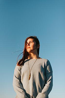 Mädchen im Sonnenschein - p1507m2165744 von Emma Grann