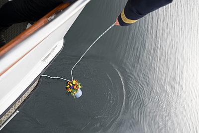Urne wird zu Wasser gelassen - p299m1552933 von Silke Heyer