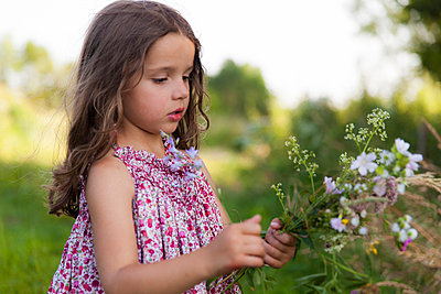 Little girl with a bunch of flowers I - p756m854957 by Bénédicte Lassalle