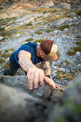 High angle view of man bouldering outdoors. - p1166m2095245 by Cavan Images