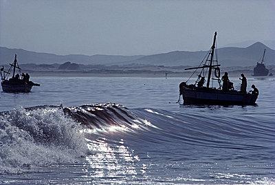 Fischerboote in der Brandung - p1395m1465997 von Tony Arruza