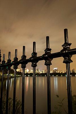 Blick auf Midtown Manhattan bei Nacht - p5690194 von Jeff Spielman
