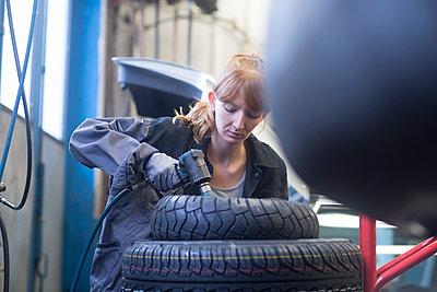 Female car mechanic working in repair garage - p300m2155749 by Sigrid Gombert