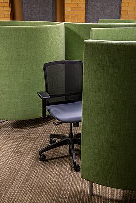 Bürostuhl in einem Büro - p397m2015258 von Peter Glass