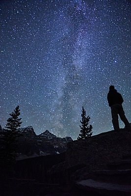 Mid adult man standing beside Lake Louise, Alberta, Canada - p429m1022793 by Seth K. Hughes
