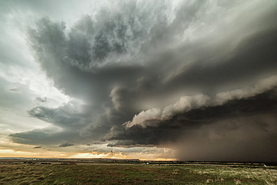 Tornadic supercell in western Oklahoma creates a dramatic landscape scene. Massive hail and small tornado during storm, USA - p924m2068654 by Jessica Moore