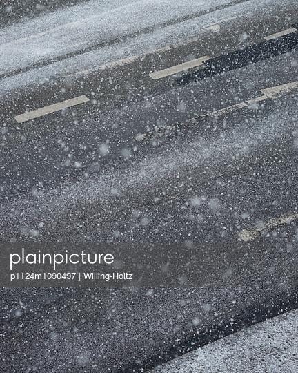 Schneespuren auf Straße - p1124m1090497 von Willing-Holtz