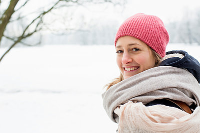 Mid adult woman with knit hat and scarf in winter - p1026m1139957 by Patrick Frost