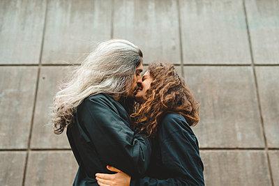 Couple kissing - p312m2139396 by Stina GrŠnfors
