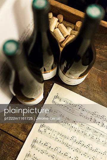 Flaschen und Notenblatt  - p1222m1161725 von Jérome Gerull