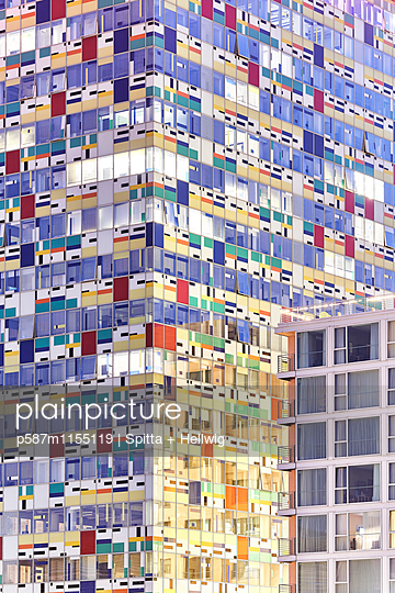 Colorium Gebäude mit Glasfassade - p587m1155119 von Spitta + Hellwig